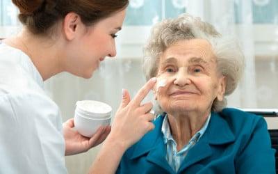 Wie Sie den optimalen Ambulanten Pflegedienst für Ihre Eltern finden. 10 Tipps, die Ihnen bei der Auswahl helfen.